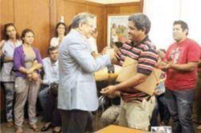 Escobar entregó ayudas sociales a organizaciones sociales, escuelas y entidades deportivas