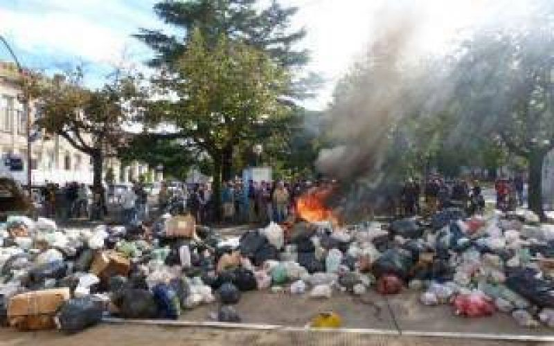 Salto: Por conflicto laboral, recolectores tiraron kilos de basura frente a la Municipalidad