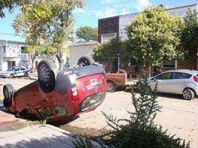 Vuelco espectacular de una camioneta sin lesionados