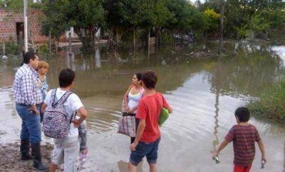 El agua permanece en el barrio Santa Rosa y los vecinos siguen culpando al Intendente