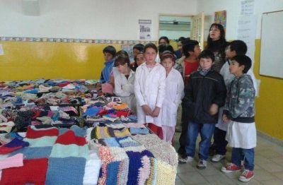 Chicos del Malvinas donaron mantas al Hospital Zonal y promueven talleres en el 28 de Abril