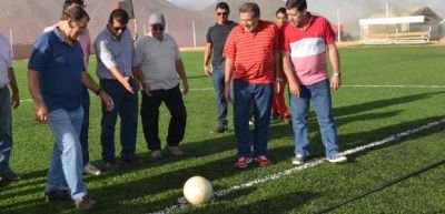 El gobernador inaugur� Cancha de Cesped artificial en Chilecito