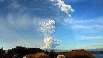 Suspenden las clases y cierran el aeropuerto de Bariloche tras erupción del volcán Calbuco