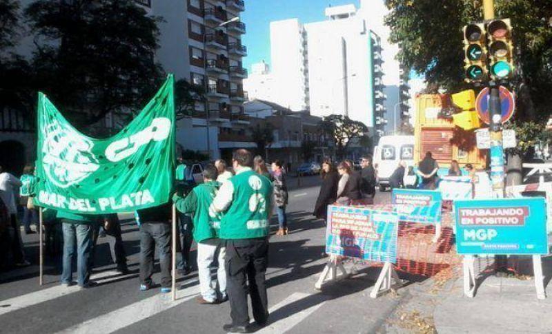 Por falta de pagos, ATE realizó un corte de calle frente a la Zona Sanitaria VIII