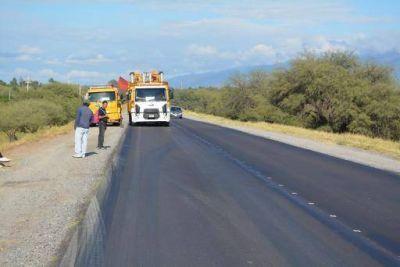 Tránsito con precaución por la presencia de personal y equipos viales en zona de camino