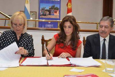 La gobernadora firmó convenio que beneficiará a cooperativas