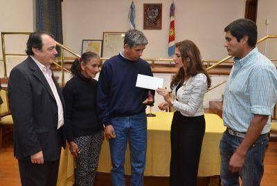 La Gobernadora entregó ayuda a familias de la provincia que sufrieron pérdidas por el temporal y las inundaciones