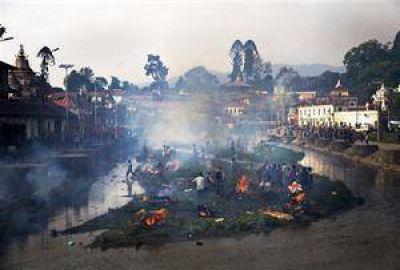Nepal busca sobrevivientes entre las ruinas a la espera de la ayuda internacional
