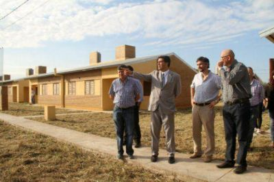 Capitanich entregó viviendas, equipamiento y anunció más cuadras de pavimento urbano