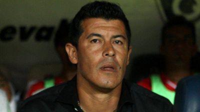 Almirón, entre la espada y la pared: el partido ante Banfield sería determinante para su futuro en Independiente
