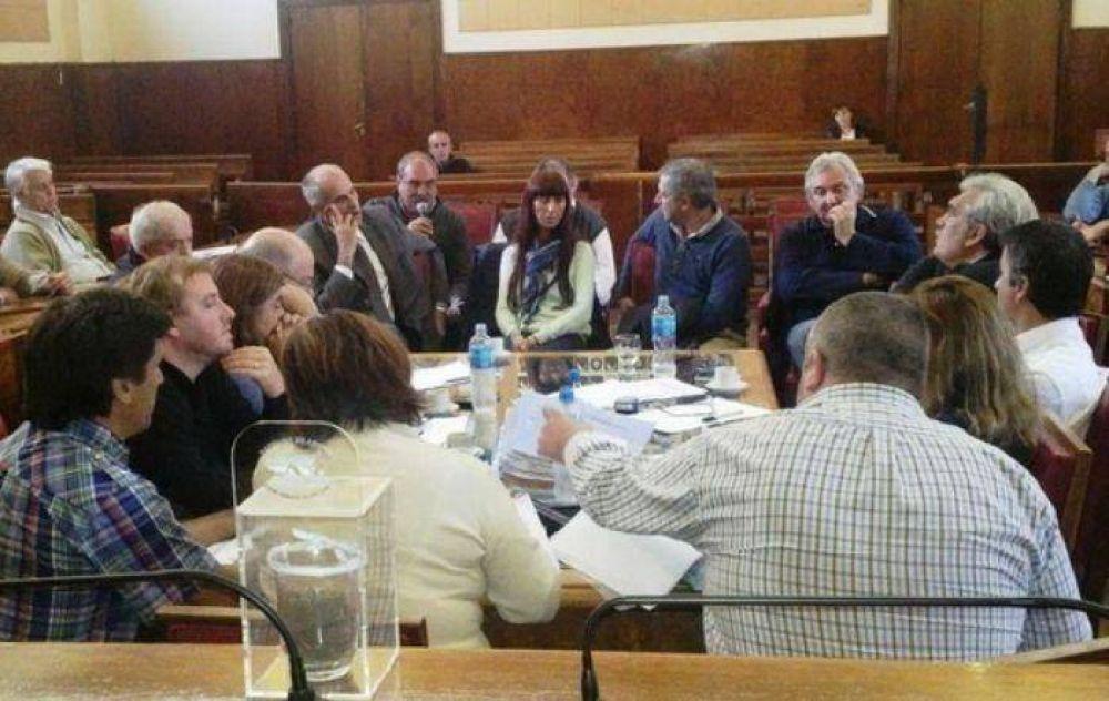 """Funcionarios municipales en la Comisión de Obras por el complejo """"Las Prunas"""""""