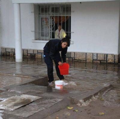 Por un caño roto, 4 casas inundadas durante 4 horas