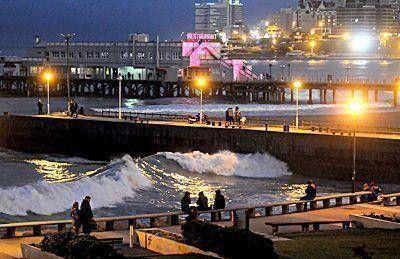 Pese a que el clima no acompa�a, los turistas disfrutan de Mar del Plata