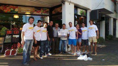 Gelay limpi� espacios p�blicos de San Isidro con su equipo de j�venes
