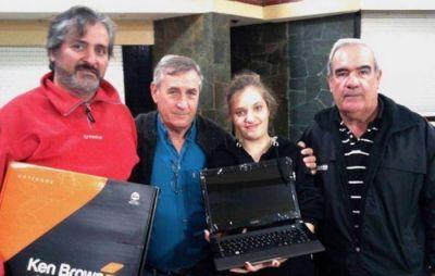 Dirigentes de SUTERyH entregaron notebook y libros a hijos de afiliados
