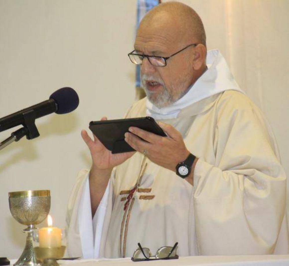 El único sacerdote que da misa en la provincia con una tablet