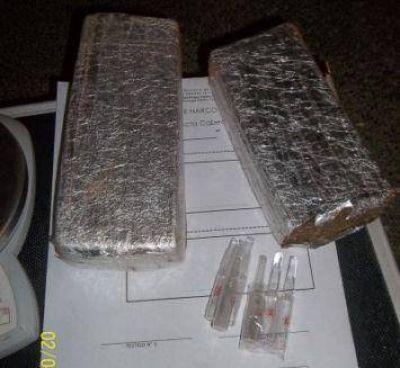 Atraparon a un joven con dos ladrillos de marihuana cuando bajaba de un colectivo