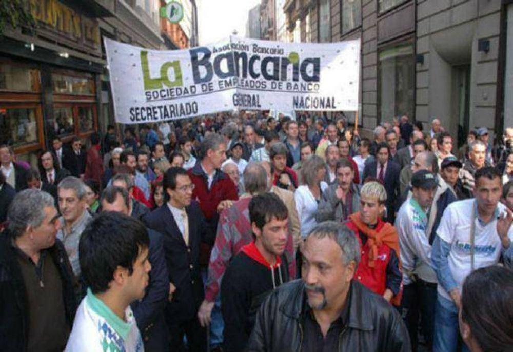 Bancarios ratifican paro por salarios y Ganancias