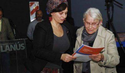 Lanús entregó escrituras a 128 familias