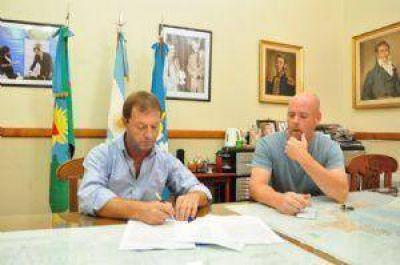 Se firmaron los contratos para iniciar la obra de 60 cuadras de cordón cuneta