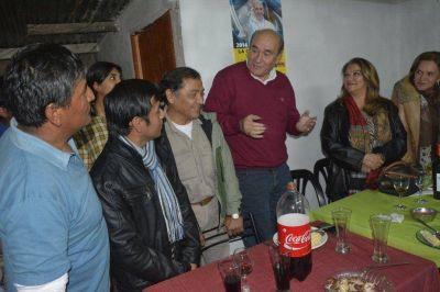 Dirigentes con vecinos de Suipacha
