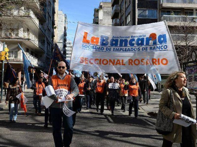 Bancarios, docentes universitarios y aceiteros realizan medidas de fuerza por reclamos salariales