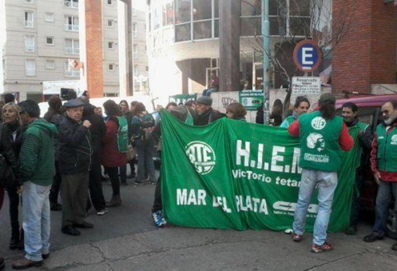 Exempleados del EMHSA se manifestaron frente a la sede del PAMI
