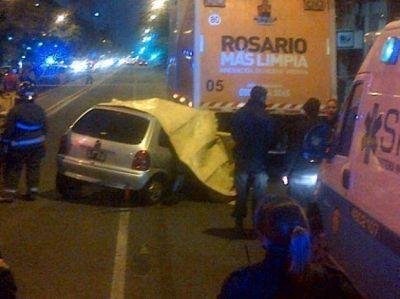 Cuatro muertos por un fatal accidente al chocar un auto contra un cami�n en Pellegrini y Paraguay