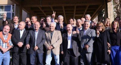 Domínguez juntó a 17 intendentes para opacar a Aníbal