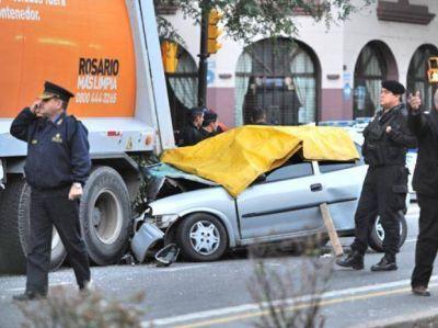 Un auto se incrustó en un camión detenido y murieron cuatro jóvenes