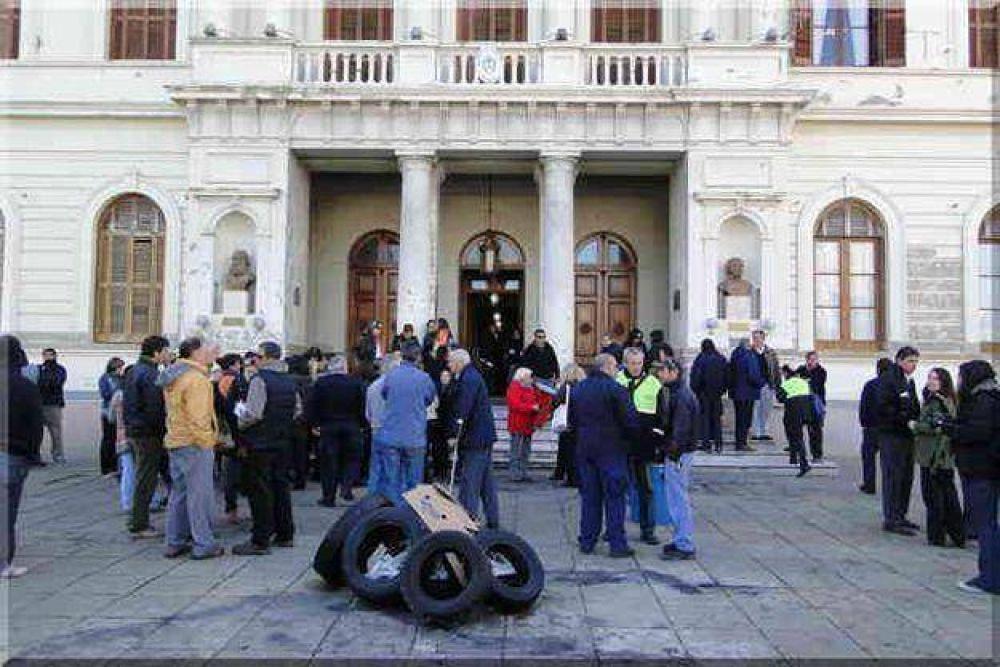 Azul: después de las protestas, el Municipio depositó parte de los sueldos