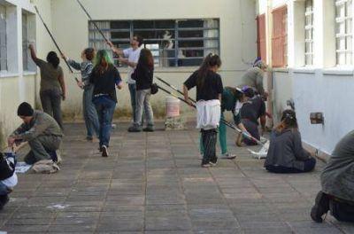 La C�mpora homenaje� a Eva Per�n pintando la Escuela N�42 y la plaza que lleva su nombre