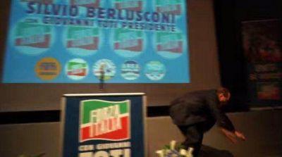 Un mal paso le costó un papelón a Silvio Berlusconi durante un acto público