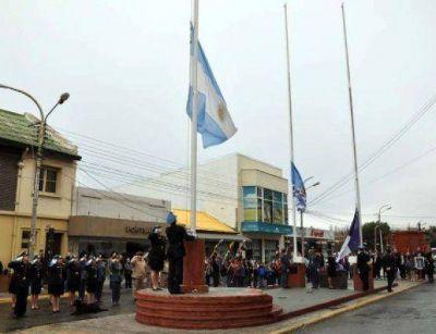 Autoridades comunales, organizaciones y vecinos realizaron el vigésimo izamiento dominical del 2015