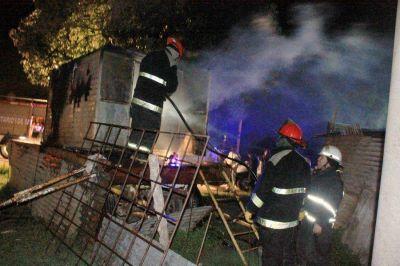 Bomberos Voluntarios sofocó un incendio en una casilla