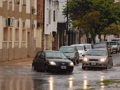 La lluvia reflotó problemas de anegamientos en Capital