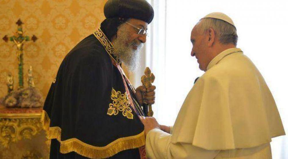 """""""Ecumenismo de sangre"""" alienta reconciliación: Papa Francisco a Tawadros II"""