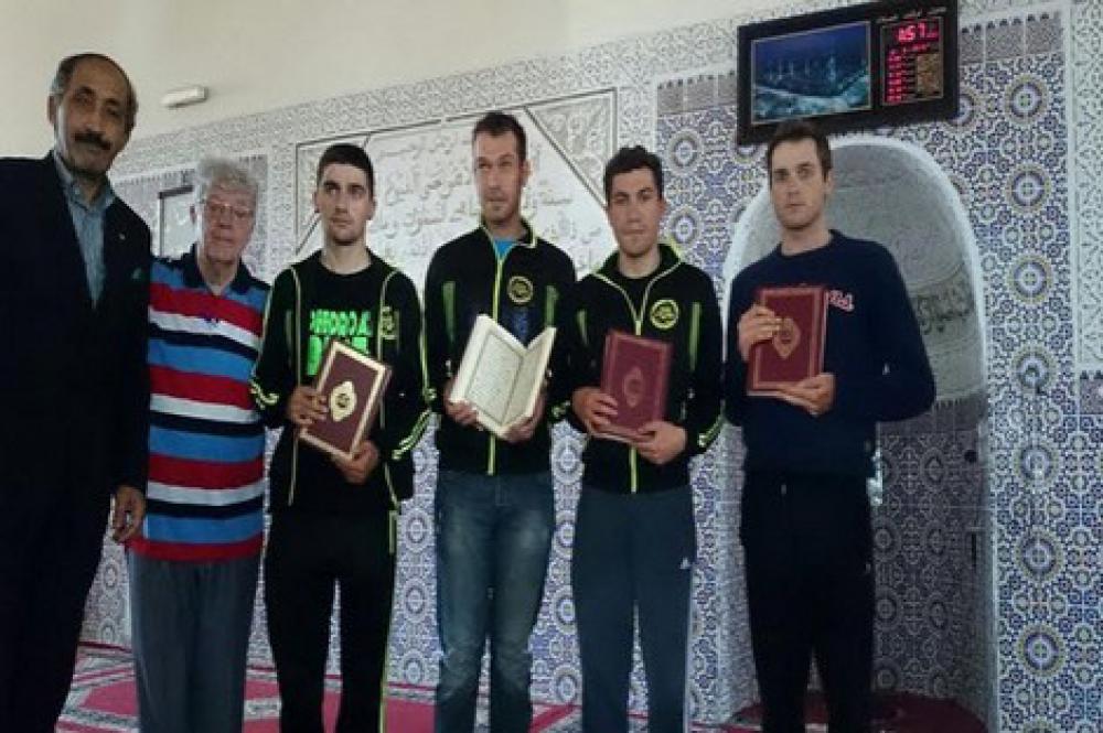 España: Ciclistas españoles se convierten al islam en una mezquita de Dakhla