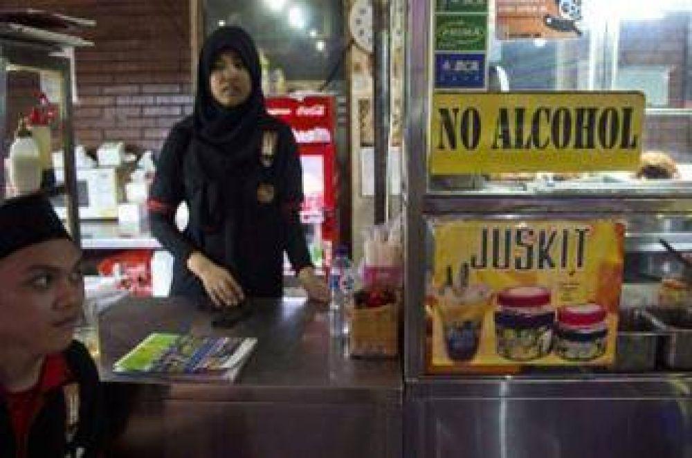 Obligan a comerciantes musulmanes a vender cigarrillos y alcohol en China
