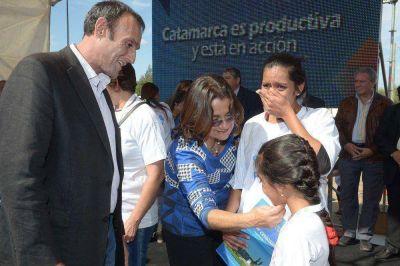 La Gobernadora entregó viviendas e inauguró una escuela