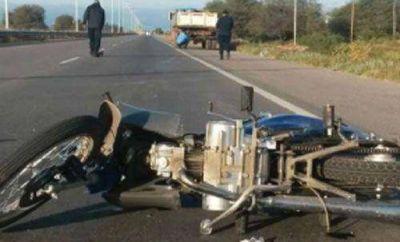 Un joven está grave tras chocar contra un camión