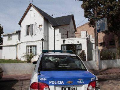 Vestidos como policías asaltaron un local de pago de impuestos y se llevaron cien mil pesos