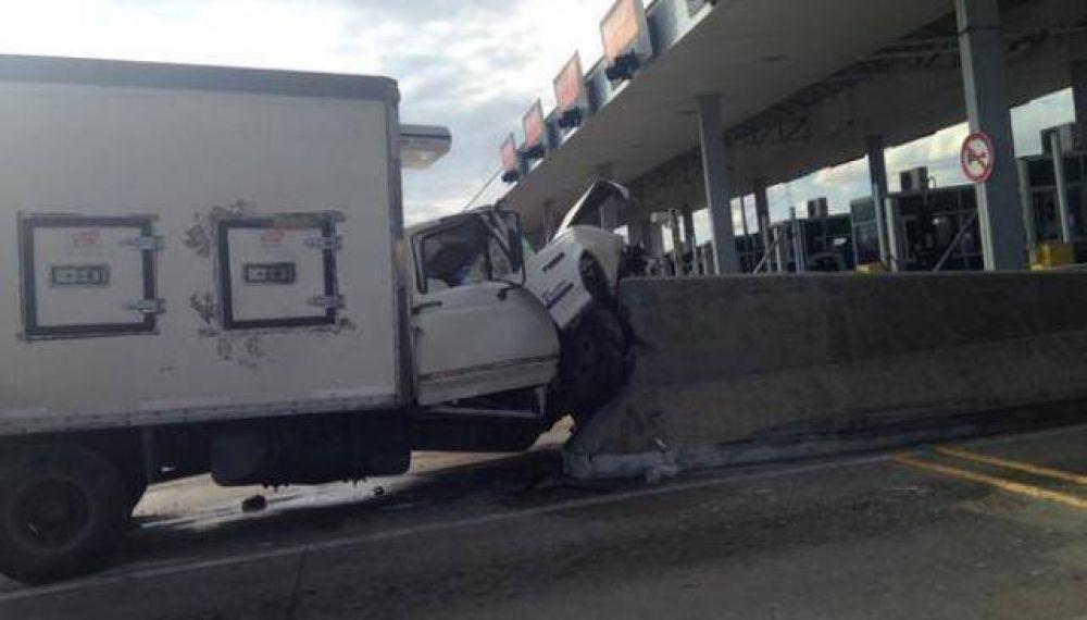 Camión terminó incrustado entre dos cabinas de peaje camino a Carlos Paz
