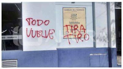 Pintadas y amenazas en el frente del club Pe�arol