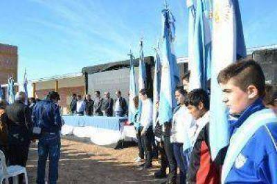 El Gobernador inauguró una escuela y anunció obras para Hermoso Campo