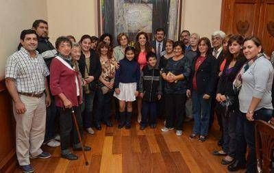 La Gobernadora entreg� aporte a ONG para obra h�drica en el barrio Misky Mayu de La Banda