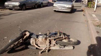 Accidente entre un auto y una moto