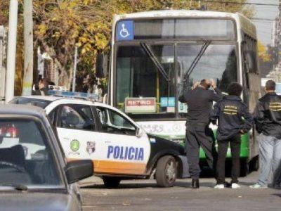 Dos delincuentes muertos y otro herido al tirotearse con policía de civil en un colectivo en Avellaneda