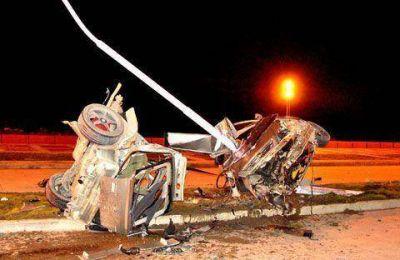 Dos muertos y tres heridos al impactar un auto contra un poste