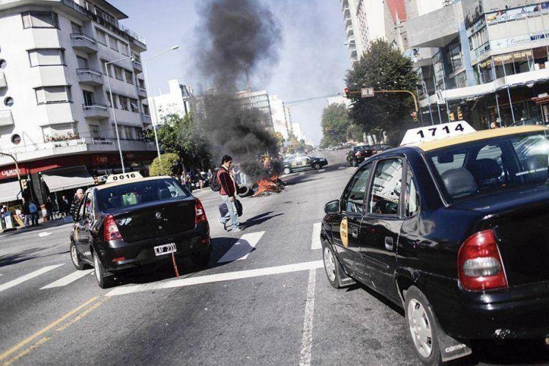 Taxistas y remiseros decidir�n hoy si vuelven a parar por inseguridad
